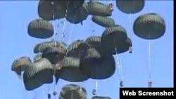 Aviones C-17 de EE.UU. dejan caer cajas con raciones de alimentos y botellas de agua tras el terrmoto en Haití. Archivo
