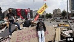 Dos activistas permanecen en una barricada situada a la entrada del parque Gezi en Estambul (Turquía)