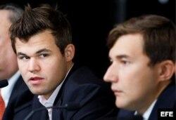 Magnus Carlsen (i), y Serguéi Kariakin (d).