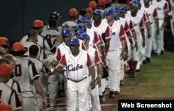 Los jugadores de Cuba y Holanda intercambian saludos.