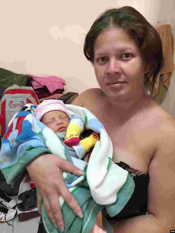 La migrante más joven en el grupo de cubanos, una bebé que nació en el albergue de Nuevo Laredo. Foto: Ricardo Quintana