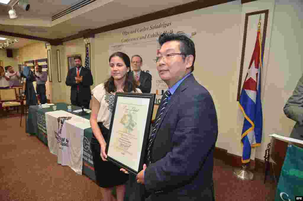 Rosa María Paya, hija del disidente cubano Osvaldo Paya, recibe el premio Pedro Luis Boitel de manos del disidente chino Yang Jianli, sobreviviente de la masacre de Tiananmen, jueves 22 de octubre de 2015, en Miami, Florida (EE.UU.).