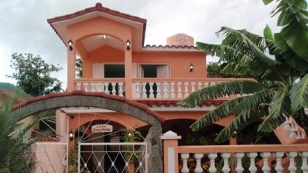 Las casas de los cubanos que han hecho algún dinero se distinguen porque no están despintadas ni desconchadas.