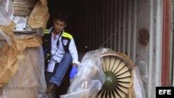 Autoridades panameñas presentan un grupo de contenedores con piezas de aviones