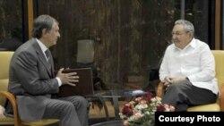 Igor Sechin, presidente de Rosneft junto a Raúl Castro