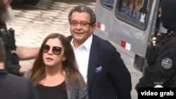 Los estrategas políticos brasileños Monica Moura y su esposo Joao Santana, presos por el escándalo Lava-Autos, son conducidos por la policía.
