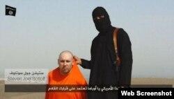 Con mono anaranjado, el periodista miamense Steven Sotloff.