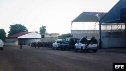 Policías esperan en el aeropuerto de Maracaibo al excandidato presidencial Manuel Rosales.