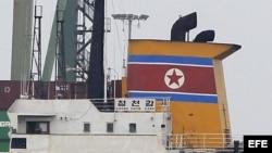 Fotografía del barco de Corea del Norte Chong Chon Gang, atracado en el muelle de Manzanillo de la caribeña ciudad de Colón (Panamá)