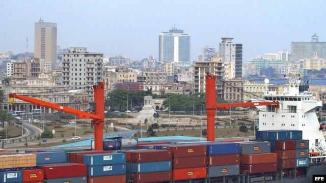 Barco cargado de contenedores en la bahía de La Habana.