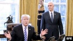 (i-e) El presidente Donald Trump y el vicepresidente Mike Pence en la Casa Blanca.
