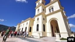 Un grupo de turistas visita el santuario donde se encuentra la Virgen de la Caridad del Cobre, patrona de Cuba, en el poblado de El Cobre, en la ciudad de Santiago de Cuba.