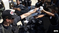 Policía venezolana incautando drogas