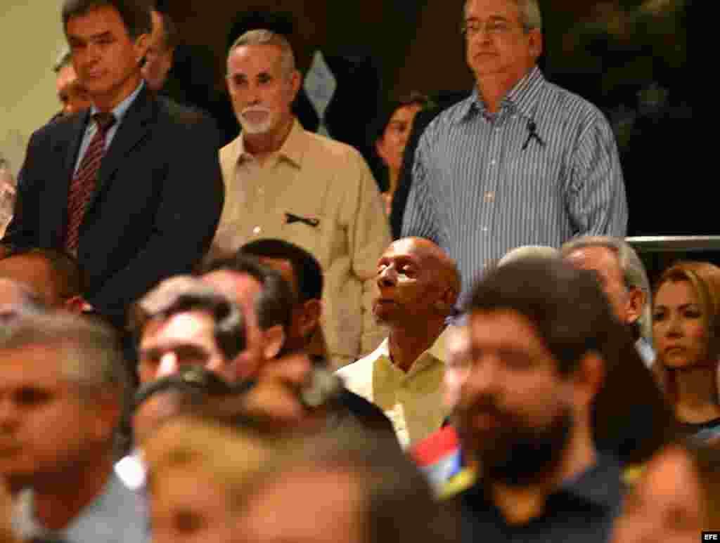 El disidente cubano Guillermo Fariñas participa hoy, lunes 22 de julio de 2013, en una misa oficiada con familiares y amigos en memoria del opositor cubano Oswaldo Payá en la Ermita de la Caridad en Miami (Florida, EE.UU.). El opositor Movimiento Cristian