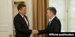 El director de USAID Mark Green saluda al presidente de Colombia, Juan Manuel Santos.