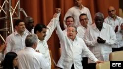Nicolás Maduro (c-i), y Raúl Castro (c-d), el 10 de abril de 2017, en la clausura del XV Consejo Político de la Alianza Bolivariana para los Pueblos de Nuestra América - Tratado de Comercio de los Pueblos ALBA-TCP, en La Habana.