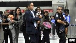 Grupo de 80 niños haitianos adoptados por familias estadounidenses llegando al Aeropuerto Internacional de Miami. Archivo.