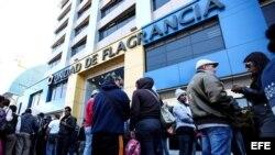 Cubanos en centro de detención de migrantes de Quito.
