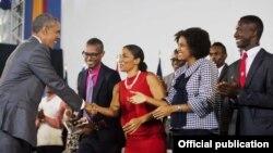 El presidente Obama saluda a jóvenes líderes de las Américas en Kingston, Jamaica.