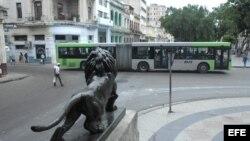 Un ómnibus de fabricación china circula por las calles de La Habana (Cuba).