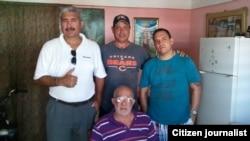 Nilo Alejandro Gutiérrez (izq) junto a integrantes de la Agencia de Prensa Libre Avileña (APLA).