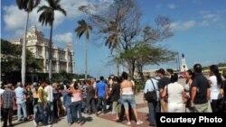 Decenas de cubanos hacen cola en el consulado de España en La Habana para solicitar la nacionalidad española.