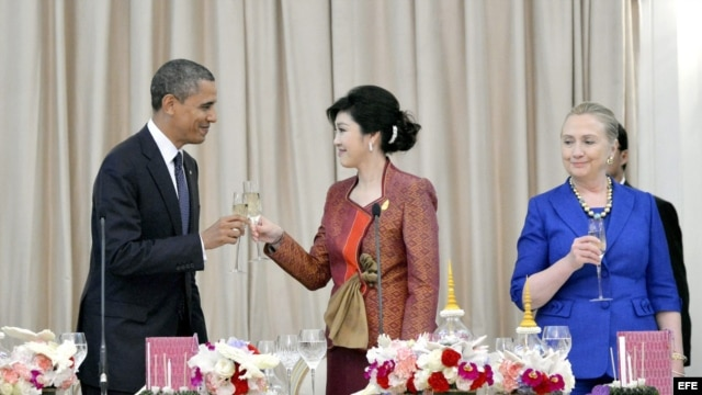 El president Barack Obama (i) junto a la primer ministro de Tailandia Yingluck Shinawatra (c) y Hillary Clinton.