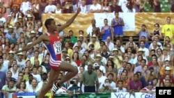 Iván Pedroso en uno de sus intentos en la final de salto de longitud de los VII Campeonatos del Mundo de Atletismo Sevilla 99.