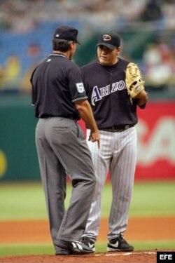 El árbitro Ángel Hernández (i) habla con el lanzador Edgar González, de los Diamonbacks de Arizona (Foto de 2006).