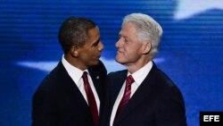 Bill Clinton y Barack Obama tras el discurso del ex mandatario en Charlotte.