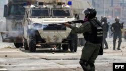 Integrantes de la Guardia Nacional Bolivariana reprime a opositores al gobierno venezolano durante una manifestación.