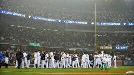 Los jugadores de los Yanquis de Nueva York celebran después de ganar la División Este de la Liga Americana de Béisbol.