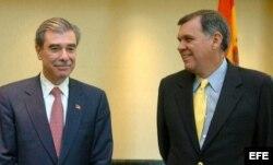 El senador republicano del estado de Florida Mel Martínez (dcha), el secretario de Comercio de EEUU, Carlos Gutiérrez (iz.)