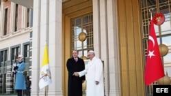 Recep Tayyip Erdogan, presidente turco, recibe al papa Francisco en la ceremonia de bienvenida en el palacio presidencial de Ankara.