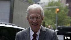 El mediador y magistrado especial Daniel Pollack sale del Tribunal del Segundo Circuito de Nueva York después de atender a una audiencia sobre los bonos argentinos con el juez federal estadounidense Thomas Griesa