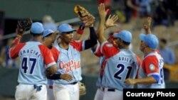 Los Tigres de Ciego de Ávila celebran la victoria sobre Leones del Escogido, que les dio el pase a semifinales en la Serie del Caribe.
