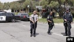 Policías vigilan en una calle cercana a la universidad de Oikos tras un tiroteo ocurrido en el interior del centro educativo, en el este de Oakland, California (EEUU).