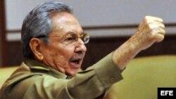 Raúl Castro saluda al concluir su discurso de clausura del segundo y último pleno de 2013 de la Asamblea Nacional de Cuba.