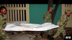 Los militares trasladan los restos de uno de los fallecidos