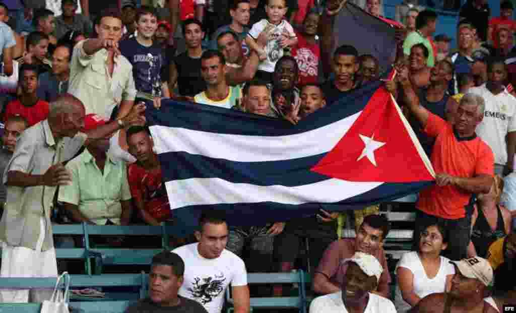 Seguidores del equipo de Cuba alientan a sus jugadores contra EE.UU. hoy, jueves 05 de julio de 2012, en el estadio Latinoamericano en La Habana