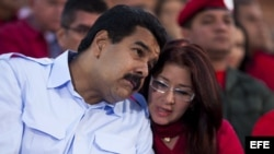 El presidente de Venezuela, Nicolás Maduro (i), acompañado de su esposa Cilia Flores (d)