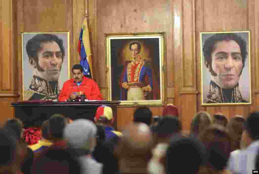 Fotografía cedida por prensa de Miraflores del presidente de Venezuela, Nicolas Maduro, quien habla hoy, lunes 7 de diciembre de 2015, en la ciudad de Caracas (Venezuela). El presidente de Venezuela, Nicolás Maduro, dijo hoy que acepta los resultados muy