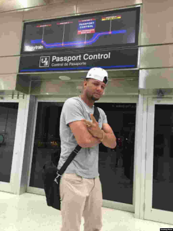 Yulieski Gourriel en el Control de Pasaportes del aeropuerto de Miami (SwingCompleto)