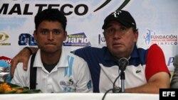 El cubano Rigoberto Medina (d) y el medallista olímpico guatemalteco Erik Barrondo (i). El COG rescindió el contrato al técnico caribeño, quien le otorgó la primera medalla en unas olimpiadas a este país centroamericano con Erick Barrondo en marcha.