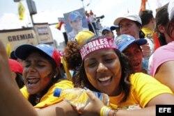 Venezolanos se concentran desde primeras horas del día para acompañar al candidato a la Presidencia del país, el opositor Henrique Capriles, en el principal acto de su campaña electoral en Caracas.