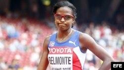 La atleta cubana Dailín Belmonte, se lamenta a su llegada a la meta en penúltima posición.