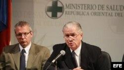 El ministro de Salud uruguayo, Jorge Venegas (d), y el subsecretario de la cartera, Leonel Briozzo (i), en una rueda de prensa en Montevideo (Uruguay), en la que se anunció la aprobación de una serie de medidas que incluyen inspecciones en todas las unida
