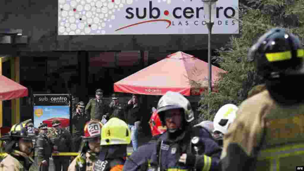 Policías y bomberos atienden la emergencia generada por una explosión en la estación del metro Escuela Militar