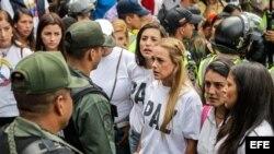 Lilian Tintori y Patricia Ceballos intentaron visitar al CNE en Caracas.