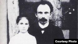 Martí y María Mantilla en Bath Beach.